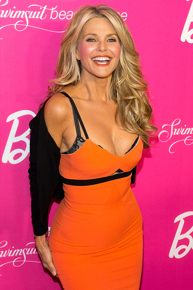 Christie Brinkley sizzles, showing off her bra, at 60 years old ...